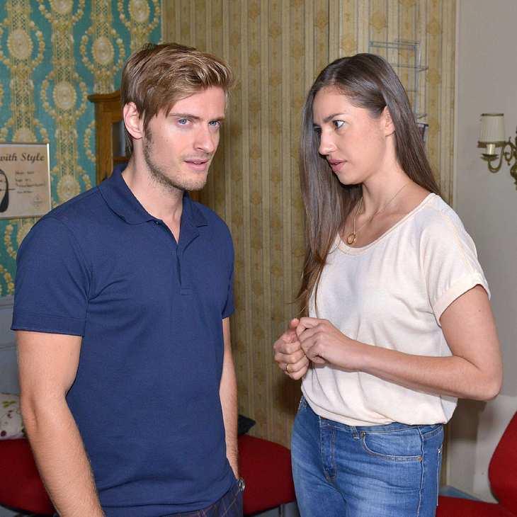 Philip macht Elena eine Liebeserklärung