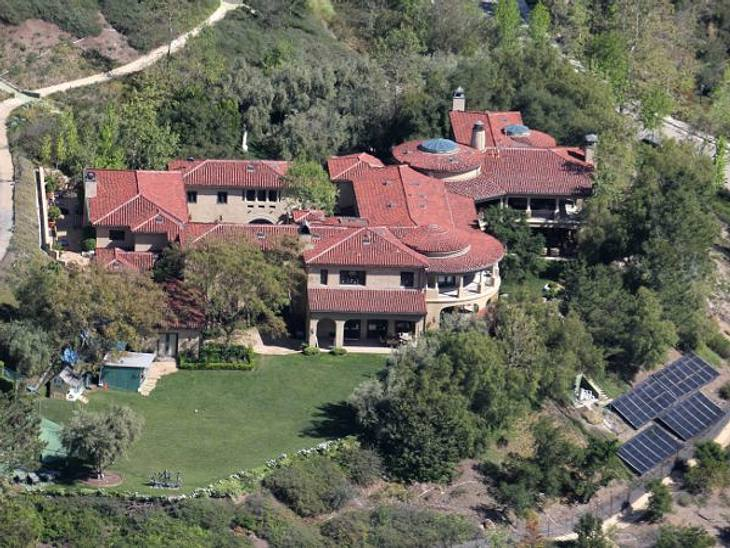Die Luxus-Häuser der StarsArnold Schwarzenegger lebt mitten im Grünen. Sein Haus lässt vermuten, dass sich hier sehr viele Schlafzimmer und verwinkelte Räume befinden, die seine langjährige Affäre zur Haushälterin erst möglich gemacht haben