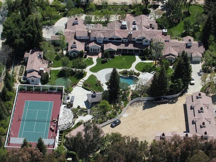 Die Luxus-Häuser der StarsAuch Britney Spears lebt großzügig. Eine Villa mit Pool, Tennisplatz und weitläufige Grünanlagen mit viel Platz für die Kinder.