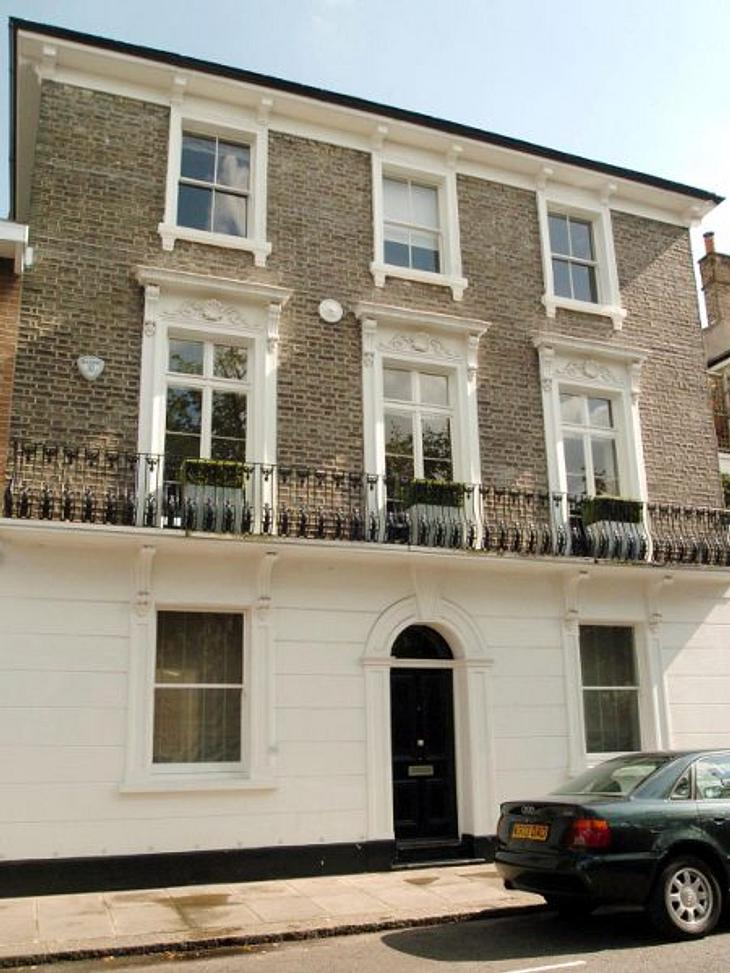 """Die Luxus-Häuser der StarsEtwas zurückhaltender, aber mit dem gewissen Londoner Chic lebt Schauspieler Hugh Grant. Es ist halt eben nur eines von vielen. Denn Hugh hat sage und schreibe - 17 Häuser in London. """"Ich bin verrückt nach Gru"""