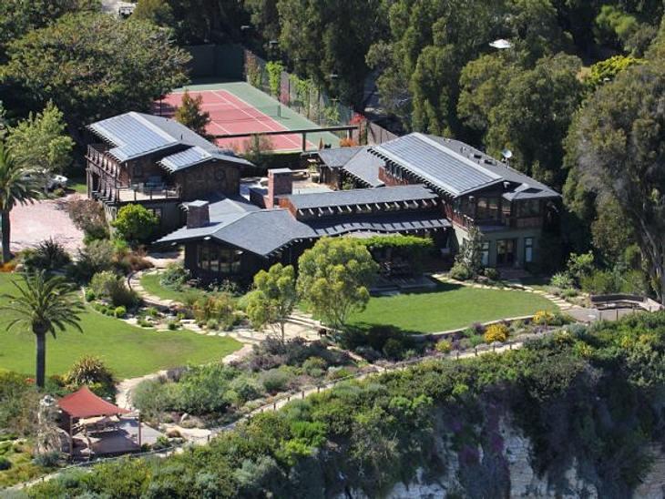 Die Luxus-Häuser der StarsHier haben es die Paparazzi schwer, denn das Haus von Julia Roberts liegt direkt ein einer Steilküste. Erklimmen: fast unmöglich. So kann Julia ohne Ablenkung auf dem eigenen Tennisplatz ein paar Bälle spielen.