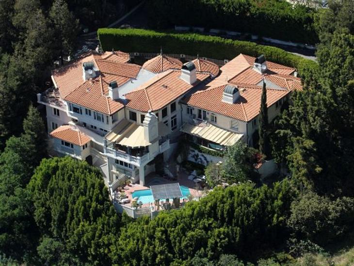 Die Luxus-Häuser der StarsMark Wahlberg schützt sich mit extra hohen hecken und Bäumen vor lästigen Fotografen. Dabei kann sich seine Villa wirklich sehen lassen.