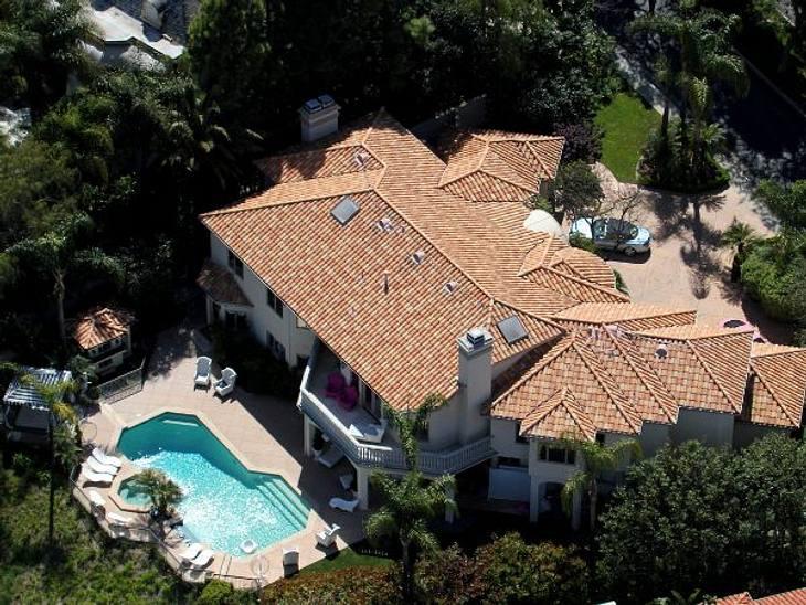 Die Luxus-Häuser der StarsVorm Haus ein schickes Auto, hinterm Haus ein großer Pool - dazwischen ein tolle Villa. Der Besitzer: Paris Hilton.
