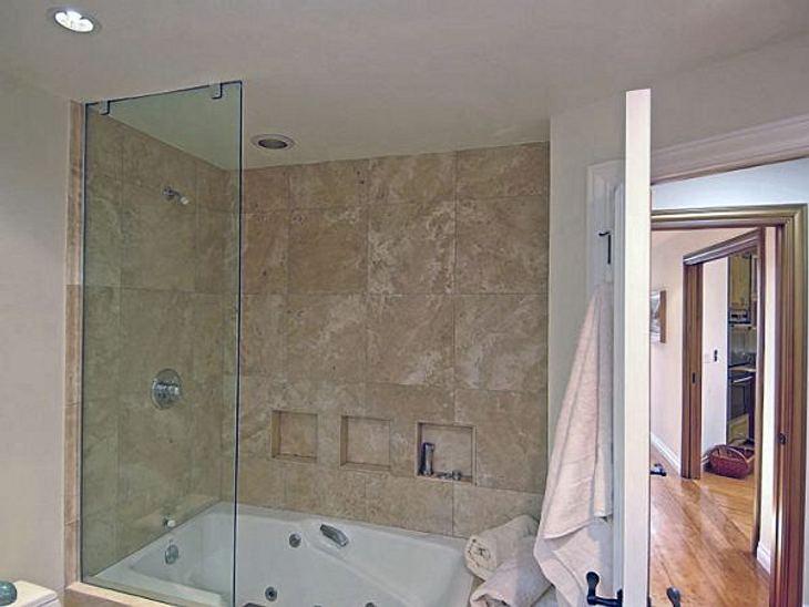 Die Luxus-Häuser der StarsMehrere Marmor-Badezimmer mit Whirlpool.