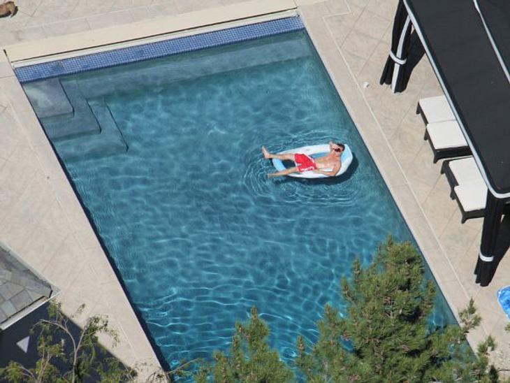 Die Luxus-Häuser der Stars...ebenfalls stattlichen Pool.