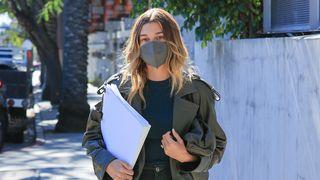 Hailey Bieber mit FFP2 Maske - Foto: Getty Images/ Rachpoot/MEGA