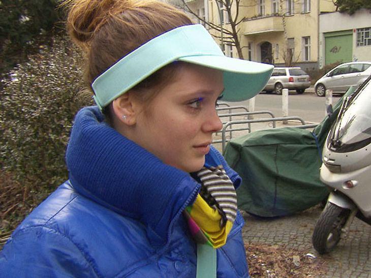Cool, ein Visor in Bubblegum-Türkis! Ein echter Hingucker, den die 18-jährige Hanna da trägt. Zum absoluten Knalleffekt müssen es dann noch die kobaltblaue Daunenjacke und ein bunt gestreifter Schal sein.
