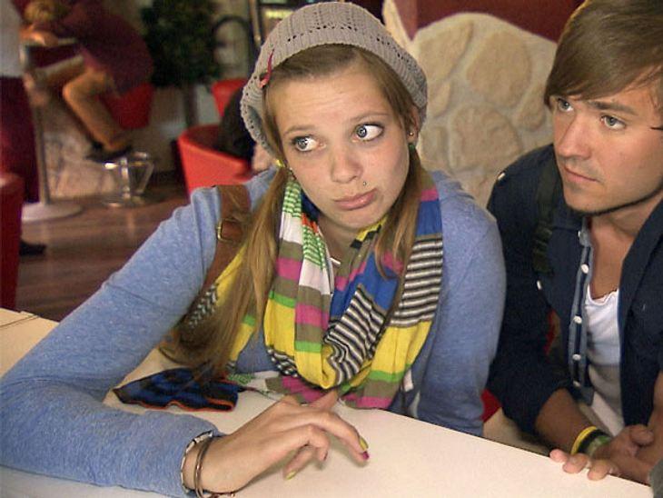 Der bunt geringelte Schal ist anscheinend ein echtes Lieblingsstück der 18-Jährigen. Diesmal trägt Hanna dazu sogar den passenden Nagellack in Pink- und Grüntönen. Um den Blick auf die bunten Teile zu lenken, bleibt der Rest des Looks eher