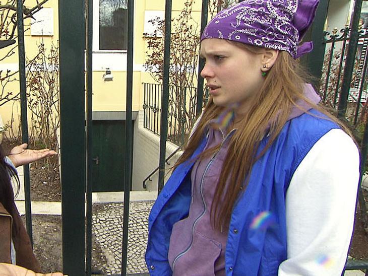 """Und für draußen? Da wirft sich """"Berlin - Tag & Nacht""""-Hanna einfach einen blau-weißen Blouson über. Bequem und sportlich, das ist ihr Lieblingslook!"""