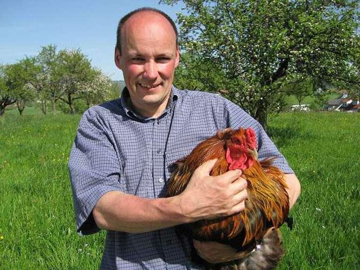 """""""Bauer sucht Frau"""" - Die Kandidaten 2012Der herzliche Hobbybauer Hans-Georg (43) lebt im Schwarzwald und arbeitet hauptsächlich als Schreiner. Nebenher kümmert er sich um seine Ziegen und Hühner.Der ruhige Hans-Georg hatte noch ni"""
