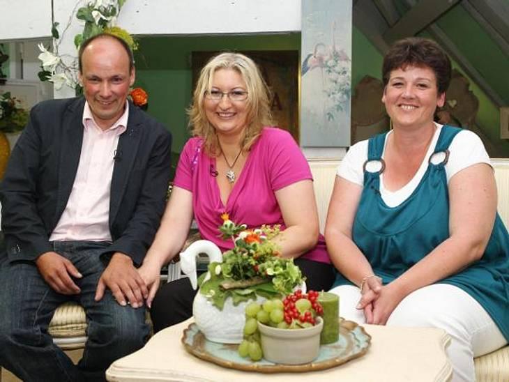 """""""Bauer sucht Frau"""" 2012 - Die PaareDer herzliche Hobby-Bauer Hans-Georg (43) hatte bislang noch nie Beziehung mit einer Frau. Kein Wunder, dass ihm da Wahl zwischen gleich zwei Damen besonders schwer fiel. Sowohl Nageldesignerin B"""