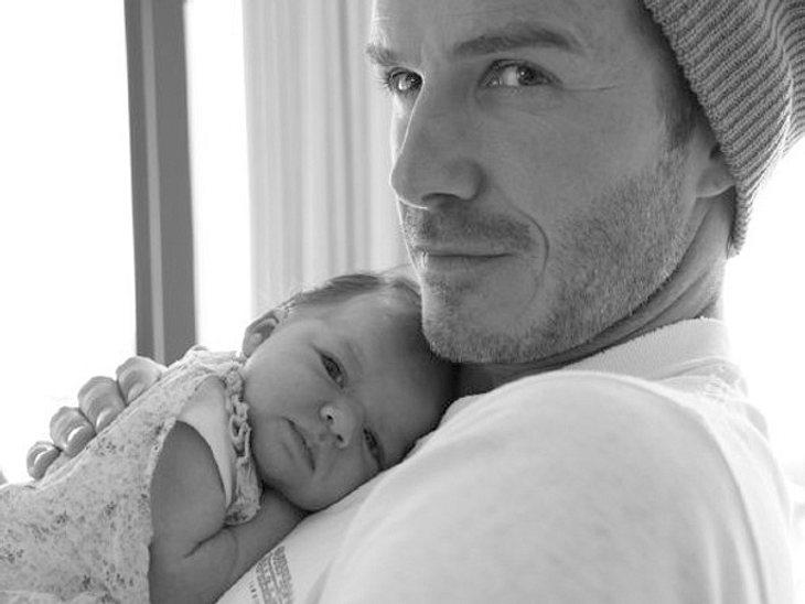 """Wir sind verliebt in dieses Vater-Tochter-Gespann! Mama Victoria Beckham twitterte das süße Kuschelfoto von Harper Seven und Papa David Beckham auf Twitter. """"Ich möchte dieses wunderweschöne Bild mit Euch teilen, Baby Harper schmust mi"""