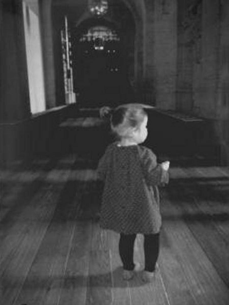Harper Seven macht ihre ersten Schritte an der Hand ihrer Mutter Victoria Beckham