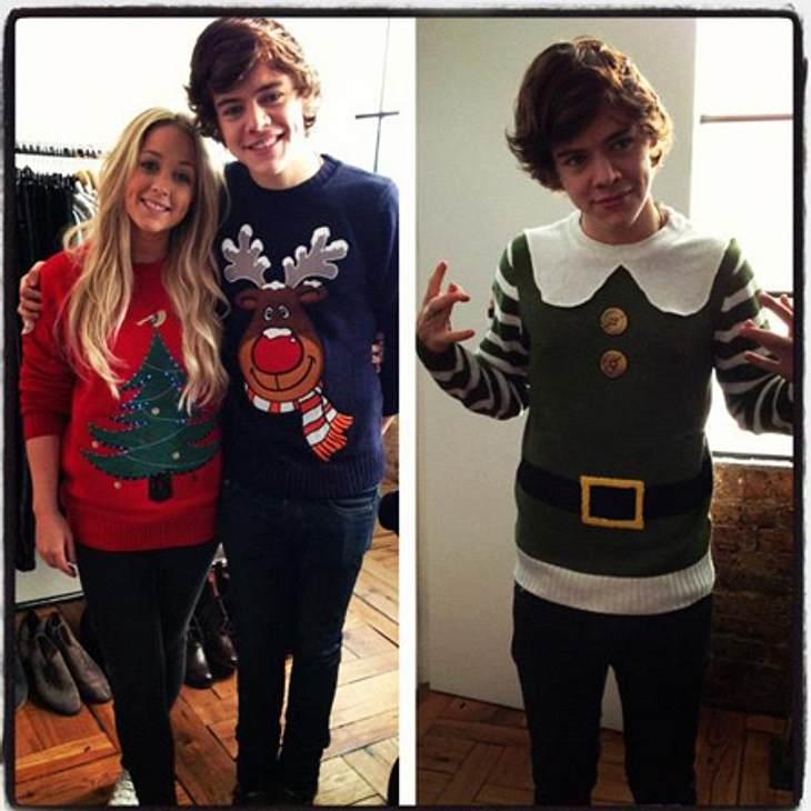 """Ho Ho Ho - Stars im WeihnachtsfieberDas sind mal wirklich häßl... Pardon, hübsche Weihnachtspullis, die """"One Direction""""-Boy Harry Styles (18) da stolz zur Schau stellt. Besonders als Weihnachtself macht sich der Freund von Taylor"""
