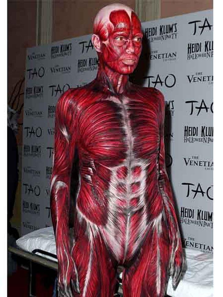 """Heidi Klum hat sich zu ihrer alljährlichen Halloween-Party mal wieder etwas besonderes einfallen lassen. Sie ging als Anatomie-Model á la """"Körperwelten""""."""