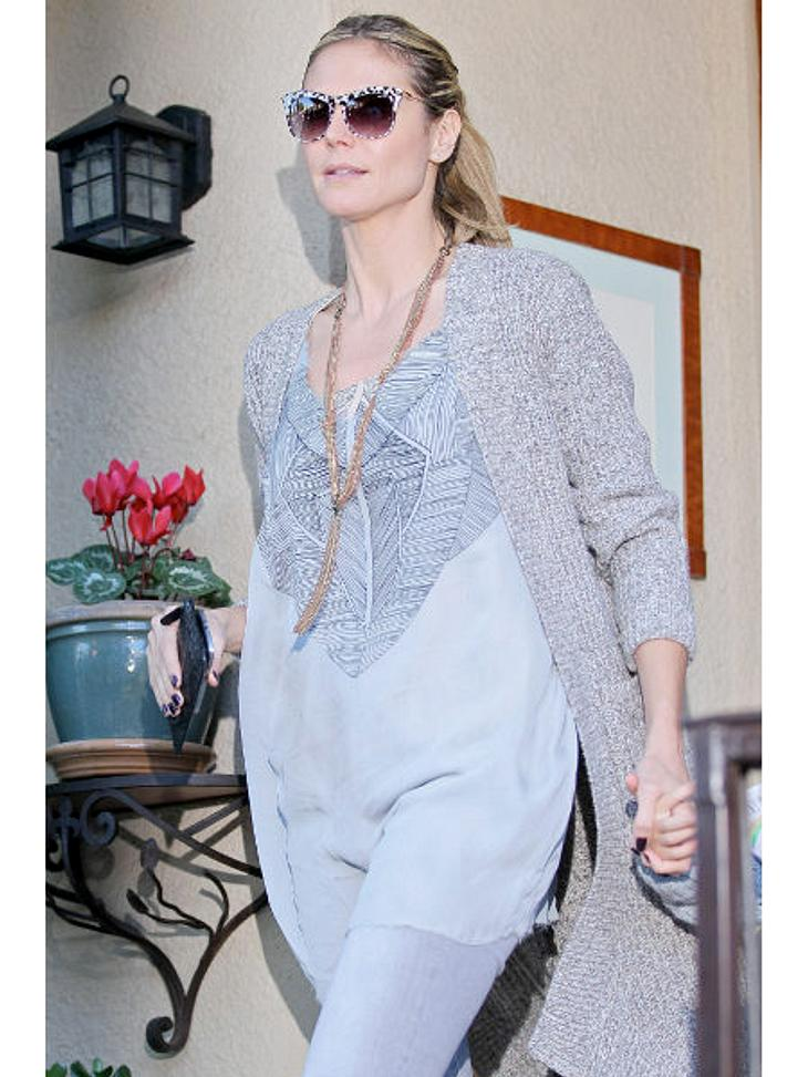 Heidi Klum: Vom Topmodel zum ModemuffelMatsche-Patsche: Im grauem Ton-in-Ton-Outfit punktet die Moderatorin mal so gar nicht. Der Oversize-Cardigan ist ja eigentlich schön - aber zusammen mit der grauen Tunika herrscht Sack-Alarm.