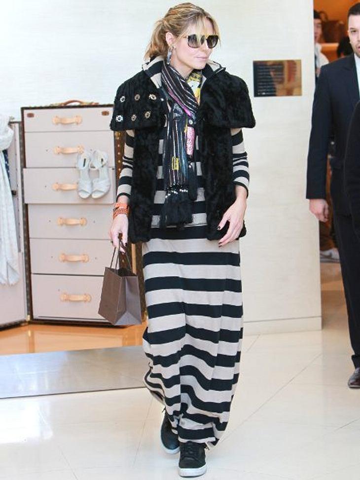 Heidi Klum: Vom Topmodel zum ModemuffelDas nächste Schluder-Schlamassel! Langes Kleid und schwarze Jacke lassen jeden Modekritiker Trauer tragen.