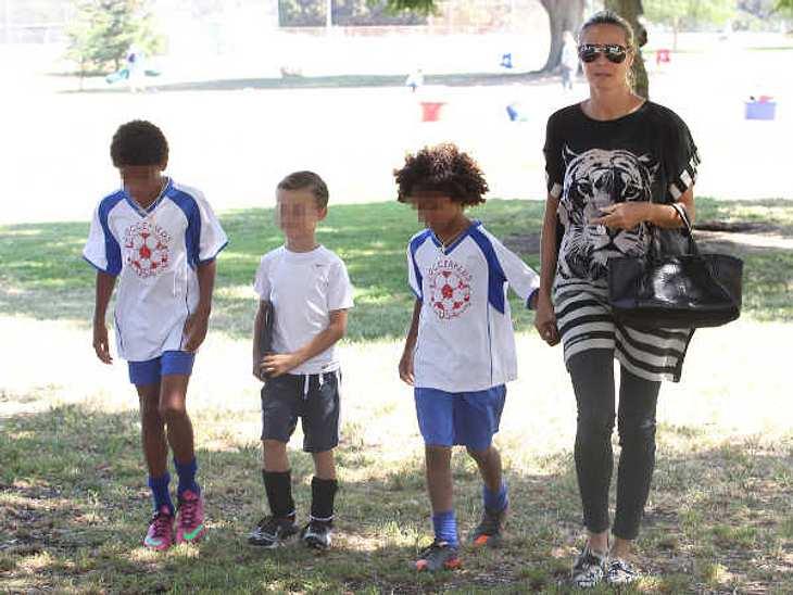 """Ins Fitness-Studio gehen oder Zeit mit den Kindern verbringen? Heidi Klum verbindet ihr Figur-Training mit dem Leben als Mutter. """"Ich integriere meine Aktivitäten in ihrem Leben."""" Gemeinsam mit den Kids spielt sie Fußball, springt"""