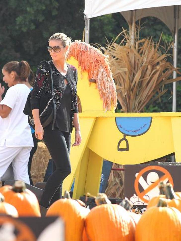 Happy Halloween! Stars im Kürbis-FieberAls echter Halloween-Profi hat Heidi ein Auge dafür, welcher Kürbis perfekt ins Deko-Konzept passt.