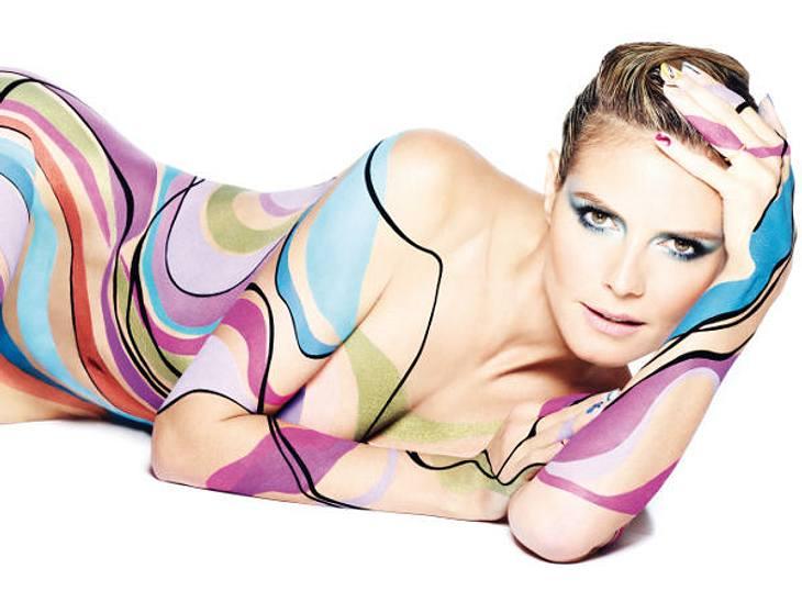 Heidi Klum nur in einem Hauch von Farbe