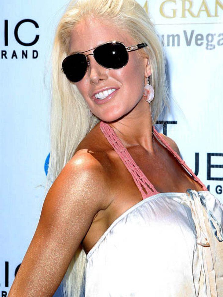 Heidi Montag hat sich hier den Klassiker unter den Bräunungsfehlern erlaubt: Sie hat ein weißes Gesicht und einen sehr, sehr braunen Body. Dazu hat sie es auch noch mit dem Glitzerpuder auf ihren Armen übertrieben. Goldmarie lässt grüßen!