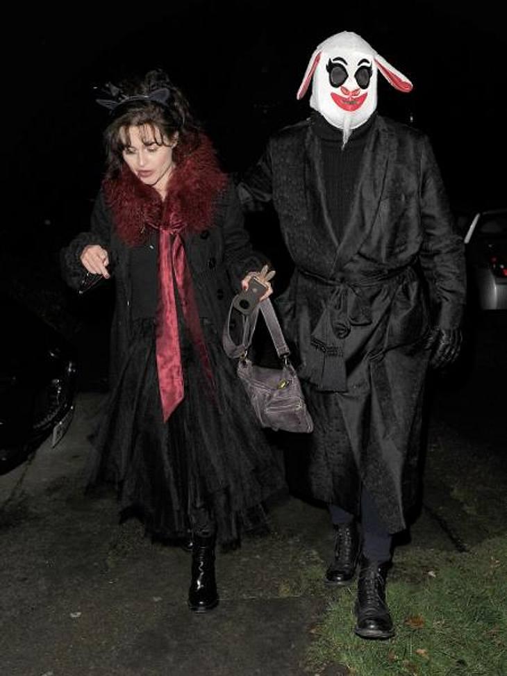 """Die schräge Kostüm-Parade der StarsWas genau """"Harry Potter""""-Star Helena Bonham Carter (46) und Regisseur Tim Burton (45) darstellen wollten, lässt sich zwar nicht feststellen. Sicher ist jedoch: Die beiden geben ein herrlich skurr"""