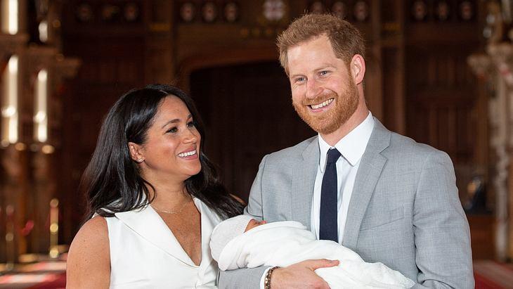 Prinz Harry wechselt bei Baby Archie die Windeln