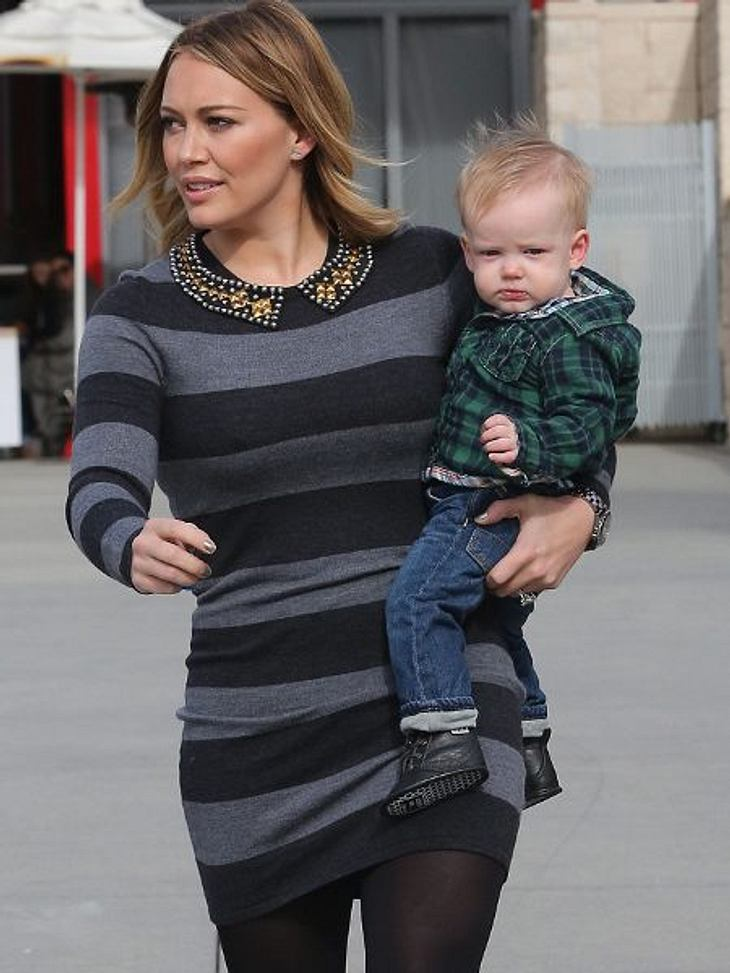 Jahresrückblick 2012 - Die schönsten Momente der StarsHilary Duff feierte im März 2012 die Geburt ihres ersten Sohnes Luca. Über Nachwuchs durfte sich in diesem Monat auch Charlize Theron freuen.