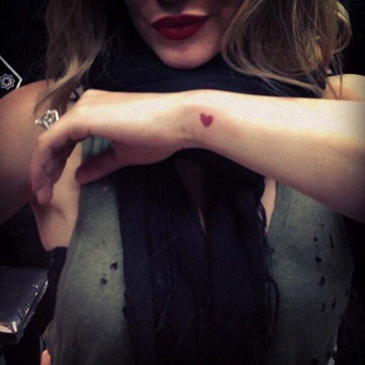Hilary Duff hat sich ein Herzchen stechen lassen.