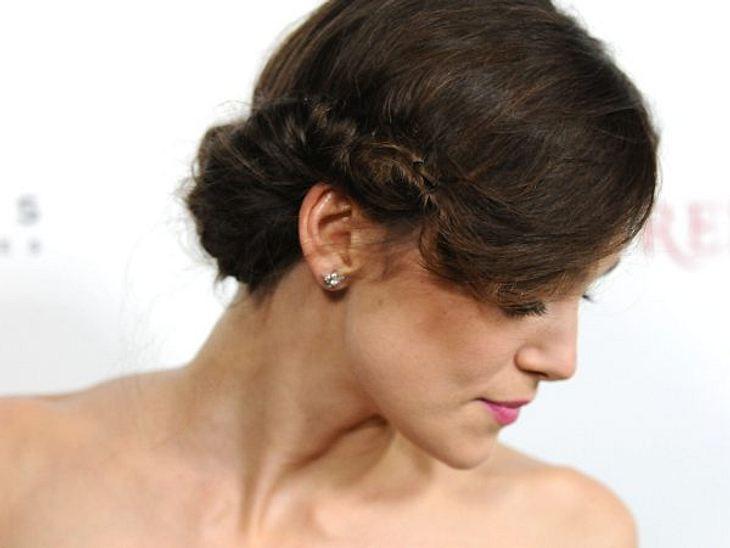 Hochsteckfrisuren der StarsEinen Seitenscheitel ziehen und auf einer Seite vorn anfangen, die Haare nach außen zu rollen und immer gleich von oben mit Haarklammern feststecken. Über das Ohr, in den Nacken und dann auf der anderen Seite neu