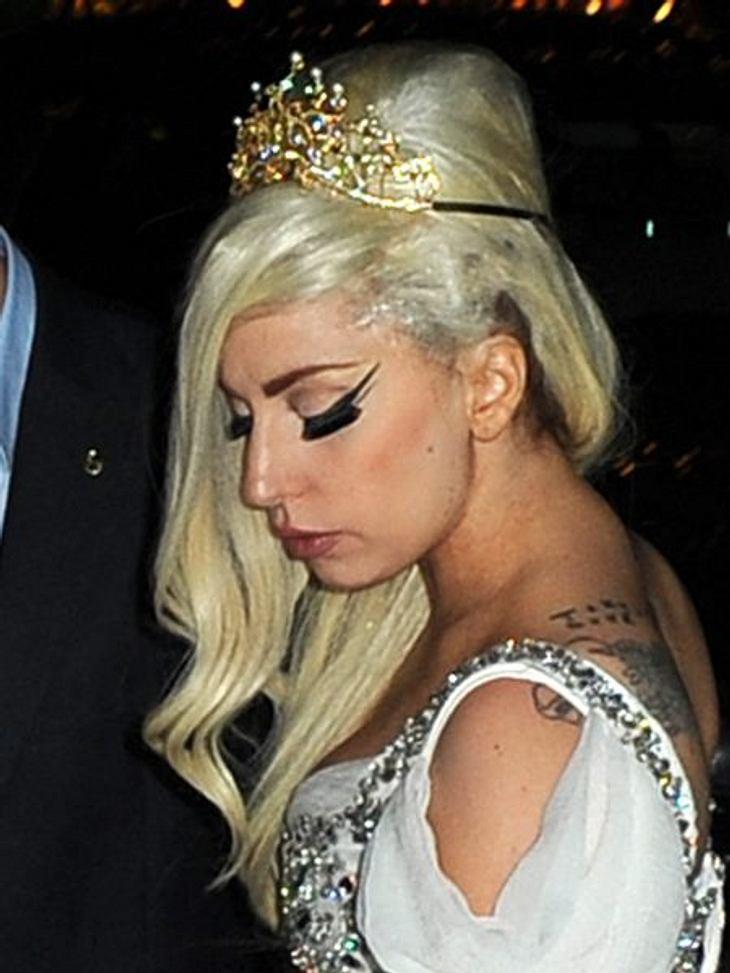 Hochsteckfrisuren der StarsLady Gaga macht auf Amy Winehouse mit einem abgewandelten Beehive.So geht's: Die Haare in zwei Partien unterteilen - in oben und unten - zu gleichen Teilen. Mittig zwischen den Partien ein Haarpolster feststecken.
