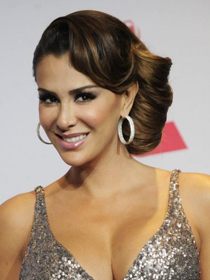 Hochsteckfrisuren der StarsDie mexikanische Grammy-Gewinnerin Ninel Conde begeisterte bei den Latin Grammy Awards 2012 mit einer ganz ausgefallenen Frisur. So geht's: Pony-Haar als große Welle am Vorderkopf legen und feststecken. Das restli