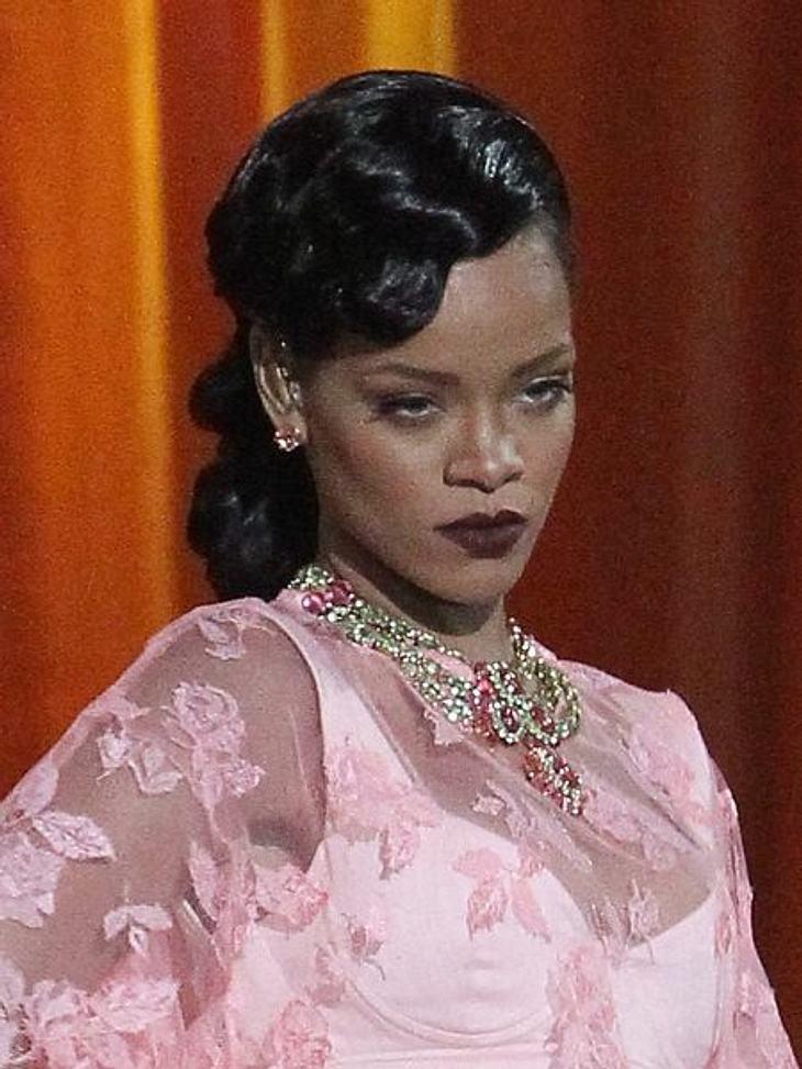 Hochsteckfrisuren der StarsIn den 20er Jahren ging keine Frau ohne Wasserwelle aus dem Haus. Rihanna hat den Look neu für sich entdeckt.So geht's: Gel in die Haare einkämmen und einen Seitenscheitel ziehen. Wellenclips (im Friseurfachhandel