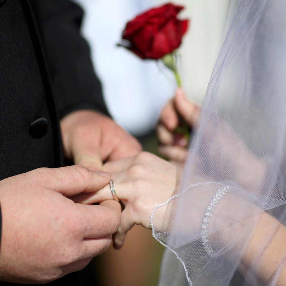 Schlimmster Heiratsantrag? Mann fragt Freundin in Achterbahn