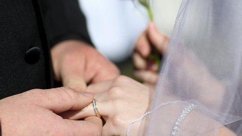 Schlimmster Heiratsantrag? Mann fragt Freundin in Achterbahn - Foto: Getty Images