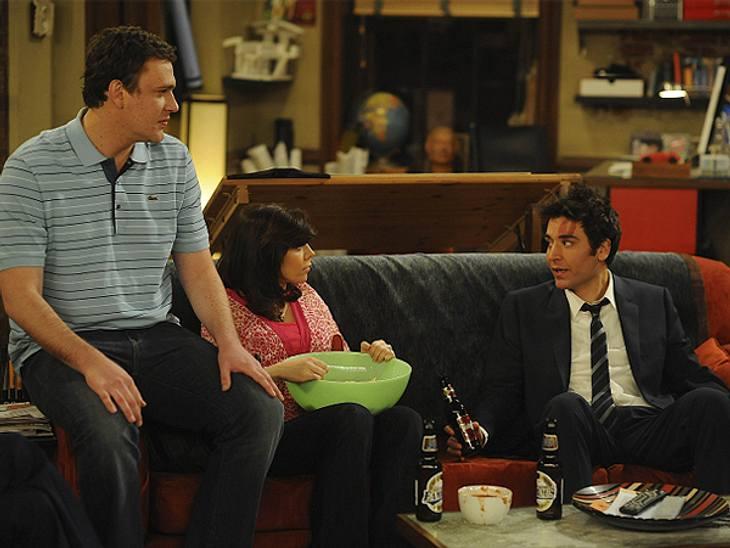 """How I Met Your Mother: Die coolste Clique im TV!,Lily: """"Das ist Dirty Dancing.""""Ted: """"Lief doch erst gestern.""""Marshall: """"Nein, vorgestern. 'She's Like the Wind' sitzt mir seit 40 Stunden im Ohr. Eben war es weg, jetz"""