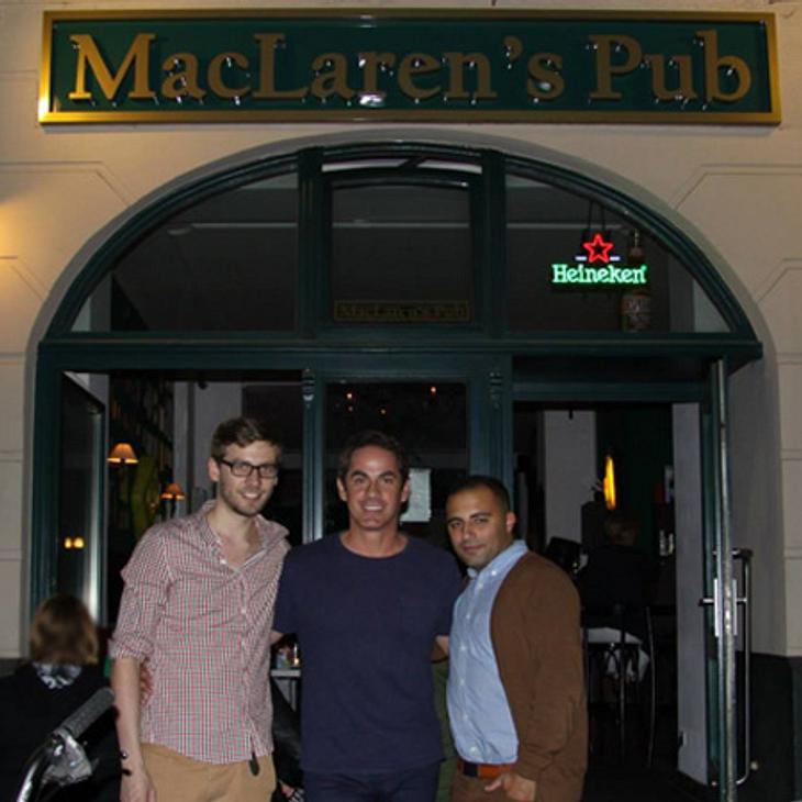 Die beiden Pub-Gründer Jan (links) und Mo (rechts) mit dem Schauspieler Robert Maschio von Scrubs (Dr. Todd), der dem MacLaren's einen Besuch abstattete. (Foto: MacLaren`s Berlin)