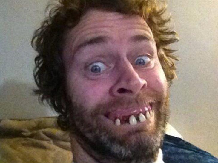 """Muss """"Take That""""-Sänger Howard Donald etwa ganz dringend zum Zahnarzt? Nein, der """"Got To Dance""""-Juror hat einfach nur seine Leidenschaft für extrem komische Twitterbilder entdeckt."""