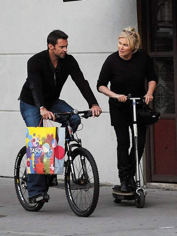 ,Fitness-Check: Die liebsten Sport-Arten der Stars Hugh Jackman ist nicht so der Fitness-Radler. Er unterhält sich dabei lieber mit Rollerfahrerinnen.