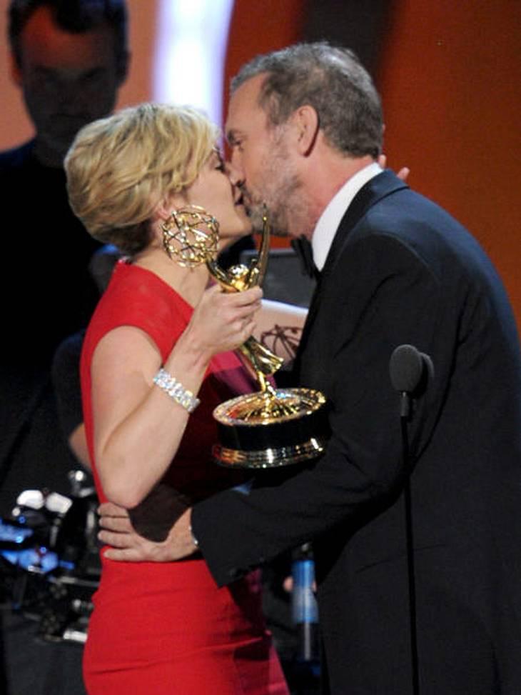 """Die Emmy Awards 2011 - Die Highlights""""Dr. House""""-Star Hugh Laurie nutzt die Gunst der Stunde. Er durfte Kate Winslet ihren Emmy in der Kategorie """"Beste Hauptdarstellerin in einer Mini-Serie"""" für ihre Serie """"Mildred"""