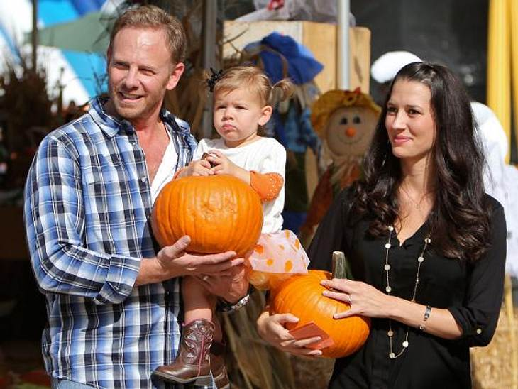 """Happy Halloween! Stars im Kürbis-FieberPerfekt abgestimmt: """"Beverly Hills 90210""""-Star Ian Ziering (48) und seine Frau Erin haben für ihre Tochter Mia (1) ein Outfit ausgewählt, das farblich perfekt zu den orangefarbenen Früchten p"""