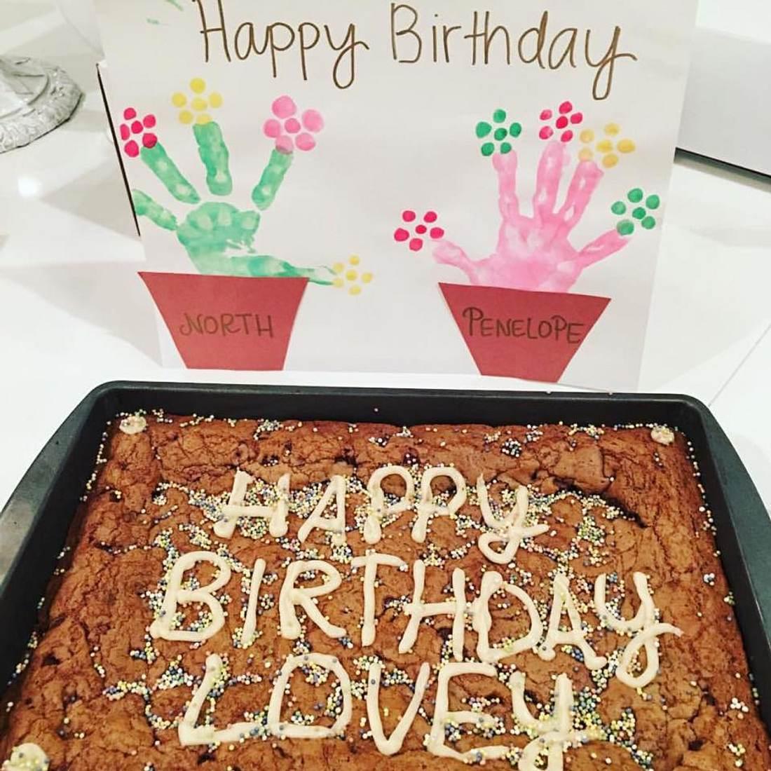 Ein toller Geburtstagskuchen für Oma Kris Jenner