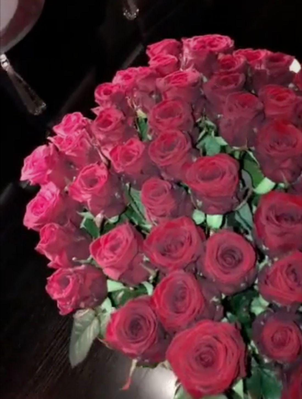 Diesen großen Strauß roter Rosen schenkte Mario seiner Freundin