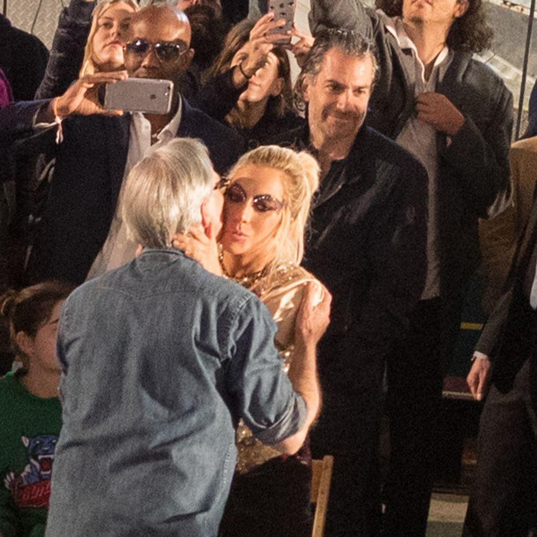 Lady Gagas neuer Freund hält sich bei der 'Tommy Hilfiger'-Fashionshow dezent im Hintergrund