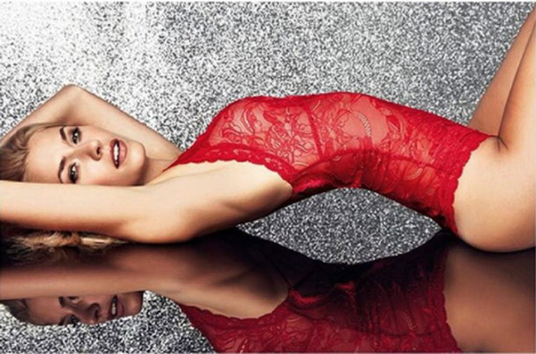 Lena in verführerisch roter Unterwäsche