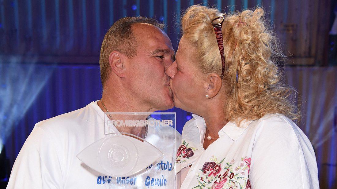 Harald Elsenbast und Silvia Wollny tauschen Küsse beim Finale von