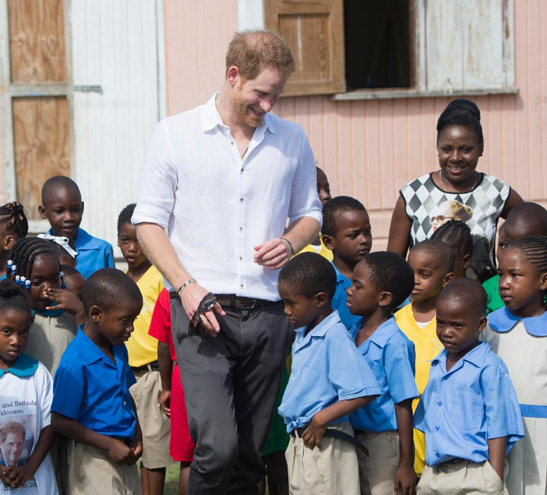 Prinz Harry liebt es Kinder um sich zu haben