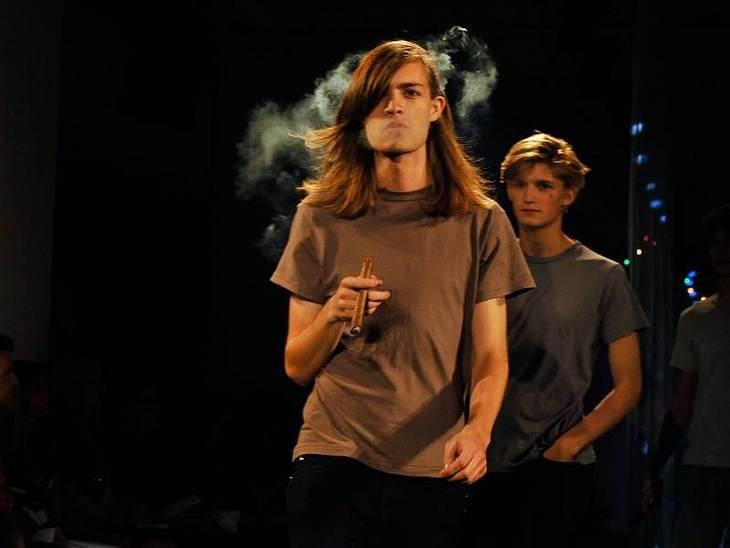 """Bei der """"Imitation""""-Show kamen die Models mit Zigarre auf die Bühne und das trotz strikten Rauchverbots."""