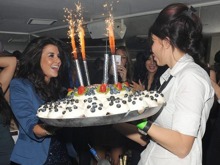 Stars ♥ Torte!Model und TV-Star Imogen Thomas (29) staunte nicht schlecht, als sie zu ihren 29. Geburstag diese Cupcake-Torte bekam. Sooo lecker!