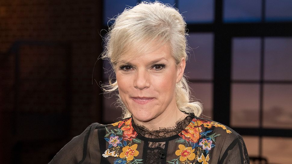 Ina Müller mit blonder Frisur heute - Foto: Getty Images